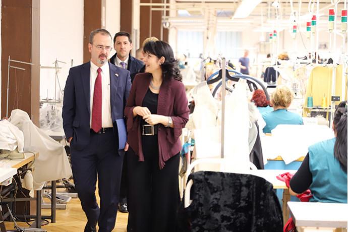 Američki ambasador NJ. E. Anthony Godfrey u poseti modnoj kući LUNA